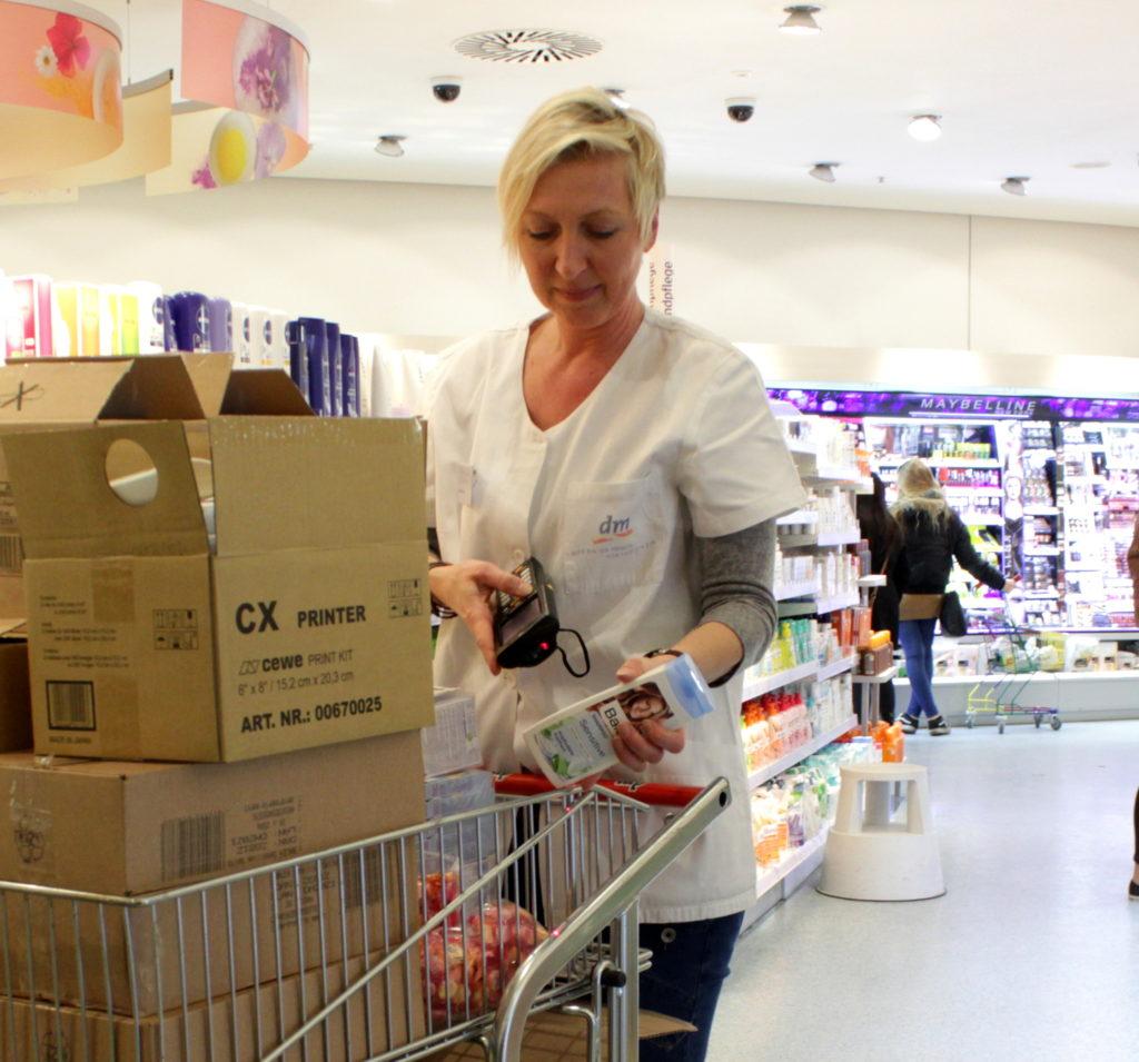 Martina Köttgen, Filialleiterin der Drogerie im ES, prüft, ob alle bestellten Artikel in der extra Lieferung enthalten sind (Foto, R. Schwaderer)